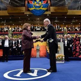 Carlos Gustavo de Suecia entrega el Premio Nobel de Literatura a Svetlana Alexiévich. Efe