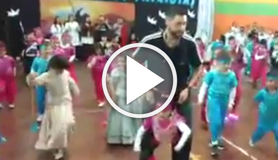 Vídeos virales. Profesor cumple el sueño de su alumna de poder bailar