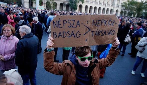 Suspenden el mayor diario de Hungría, crítico con el Gobierno