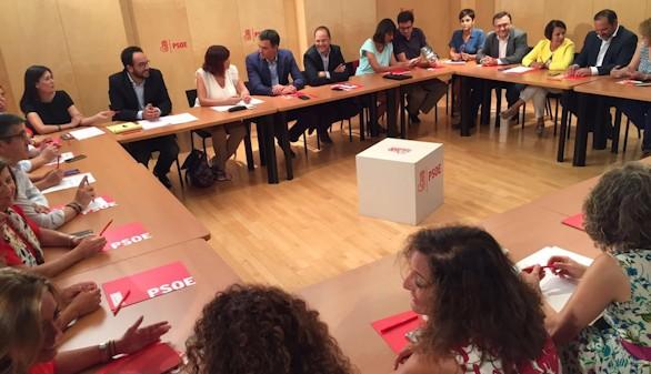 El PSOE pide al PP y a C's que