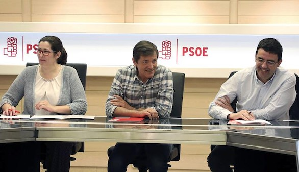 El presidente de la gestora que ha dirigido el PSOE desde el pasado mes de octubre, Javier Fernández (c), y el portavoz de la misma, Mario Jiménez, junto a Ascensión Godoy, durante la última reunión que han mantenido con el equipo del secretario general electo, Pedro Sánchez, que sigue perfilando la Ejecutiva que será elegida en el 39 Congreso Federal, este martes en Ferraz.