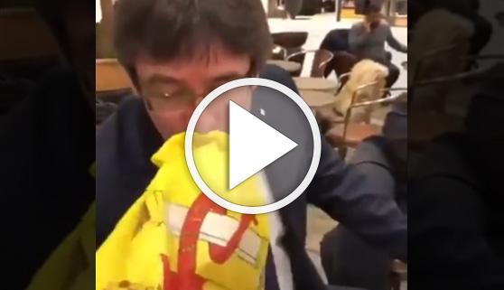 Vídeos virales. Puigdemont besa la bandera de España