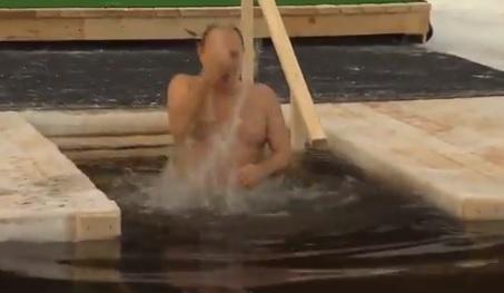 El chapuzón de Putin en agua helada para celebrar la Epifanía