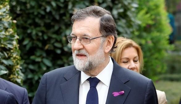 Rajoy, con lazo morado, luchará por la igualdad sin regatear esfuerzos