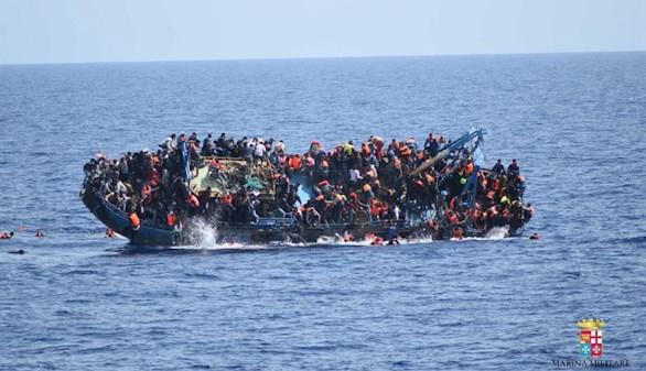 Una barcaza con 500 personas naufraga durante su rescate