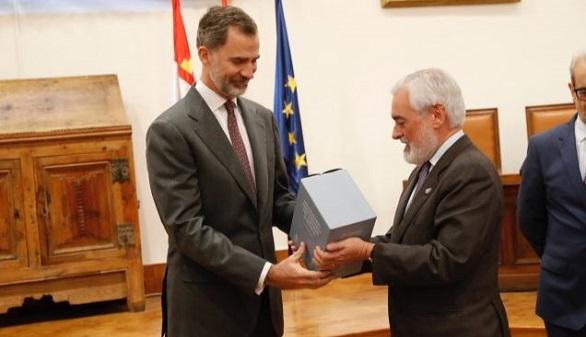 El Rey recibe, de manos del director de la RAE, un ejemplar del Diccionario Panhispánico del Español Jurídico.
