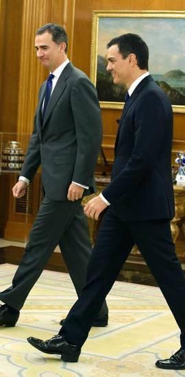 El Rey y Pedro Sánchez durante una de la reuniones mantenidas durante la primera ronda de consultas. Efe