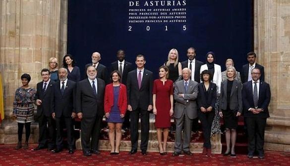 Entrega de insignias a los Premios Princesa de Asturias 2015