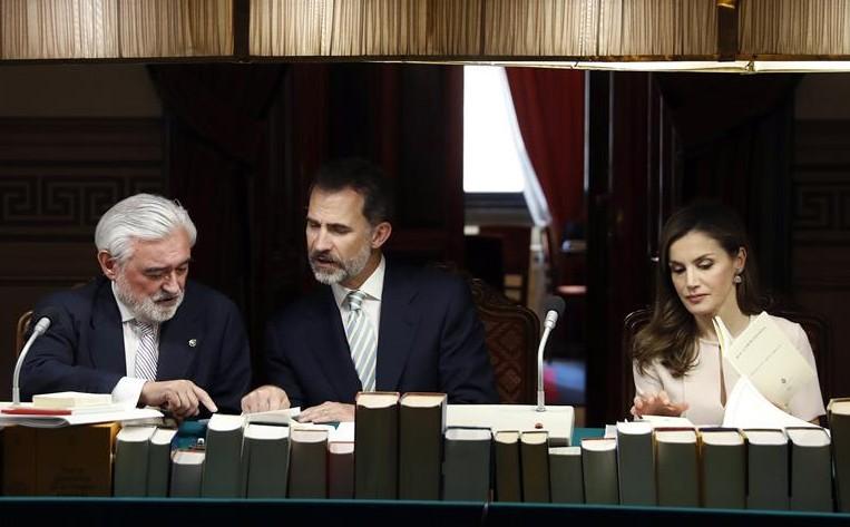 Los Reyes presiden el pleno de la Real Academia Española