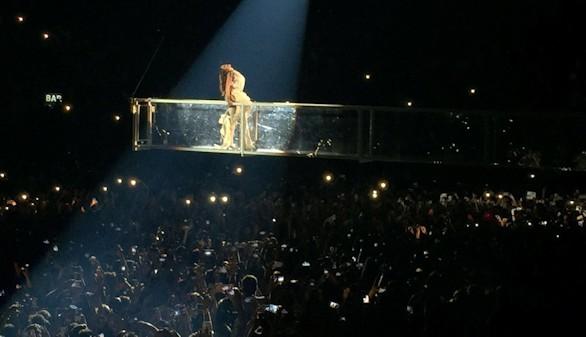 Rihanna pasa y brilla como una estrella fugaz en Barcelona