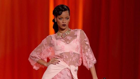 Un guardaespaldas de Rihanna se lía a puñetazos con los fotógrafos