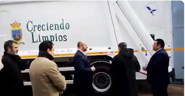 El número 2 de Garrido asiste a la bendición de un camión de basura