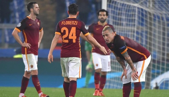 La Roma entra en octavos con un deslucido y tenso empate