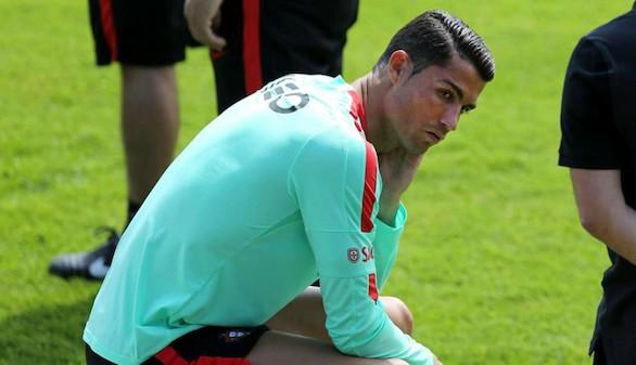 El micrófono que Ronaldo tiró a un lago propicia una colecta solidaria