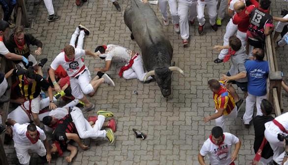Un toro rezagado desata el pánico en el tercer encierro y deja varios heridos