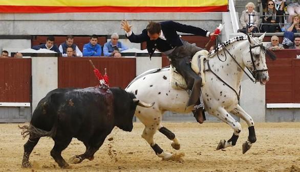 El rejoneador Andy Cartagena en la lidia a su primero, durante el cuarto festejo de la Feria de San Isidro en Las Ventas en el que ha compartido cartel con Sergio Galán y Manuel Manzanares ante reses de la ganadería de Benítez Cubero.