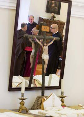 Jesús García Burillo (c), conversa con Fernando Millán (i) y Saverio Cannistrá (detrás) en presencia de Jorge Zazo (d), en el Convento Casa Natal de Santa Teresa. Efe