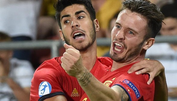 Saúl Ñíguez (d) de España celebra con Marco Asensio (i) luego de anotar el 1-0 contra Italia este martes, 27 de junio de 2017, durante un partido del Campeonato Europeo Sub-21 de Fútbol realizado en Cracovia (Polonia).