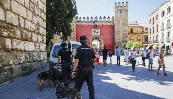 El embajador James Costos agradece a Sevilla su comprensión