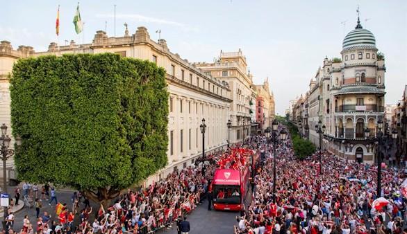 El calor no impide que Sevilla se eche a la calle con sus campeones