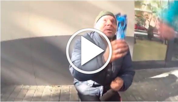 Denunciado un youtuber que humilló a un sintecho dándole galletas con dentífrico