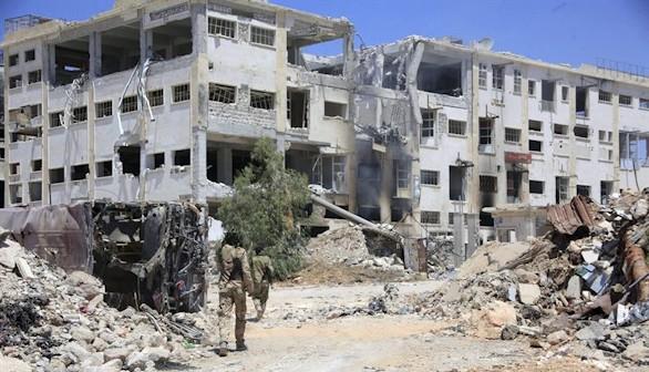 Decenas de familias huyen, entre bombardeos, en los corredores humanitarios de Alepo
