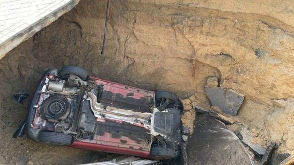 Herido al caer su coche en un socavón de tres metros en una rotonda