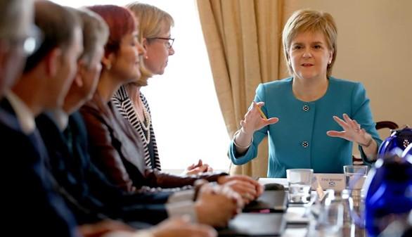 Sturgeon dice que el Parlamento escocés podría bloquear el 'brexit'
