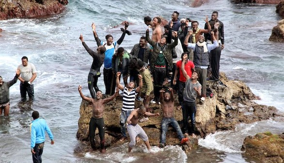 Un centenar de inmigrantes consigue llegar a Ceuta