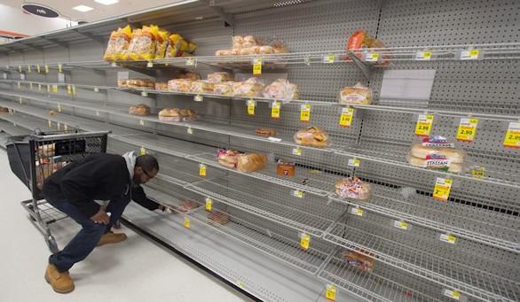 Supermercados semivacíos ante la llegada de la gran tormenta a la costa este de EEUU. Efe