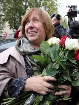 La escritora Svetlana Alexiévich fotografiada tras conocer que ha ganado el Premio Nobel de Literatura. Efe