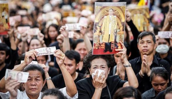Tailandia se tiñe de luto para despedir al Rey Bhumibol