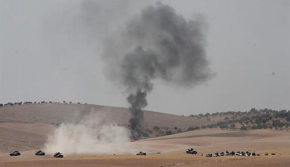 Una veintena de tanques turcos cruza la frontera siria y ataca a Daesh