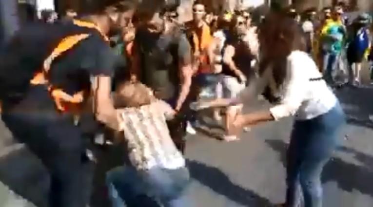 Brutal agresión a una mujer por llevar una bandera de España