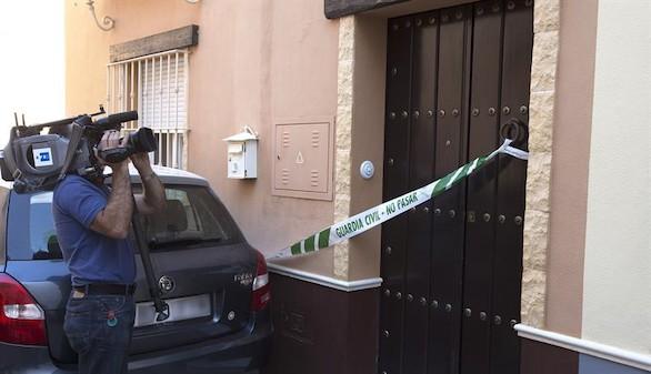 Un cámara toma imágenes de la vivienda de la localidad sevillana de Marchena (Sevilla) donde ayer una mujer fue presuntamente apuñalada por su pareja.