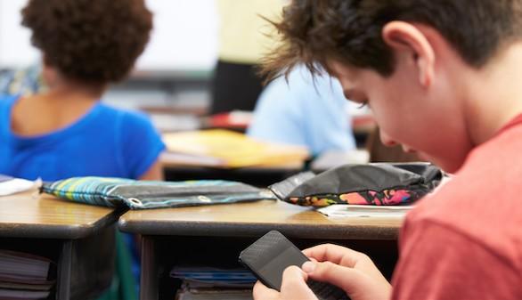 Francia prohíbe el uso de los teléfonos móviles en los colegios