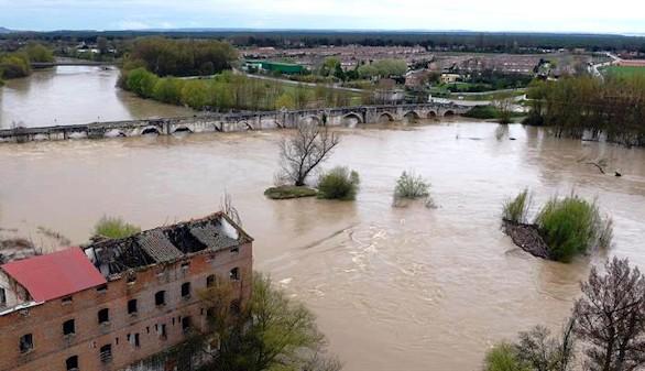La lluvia en Burgos desborda ríos y el agua llega a carreteras