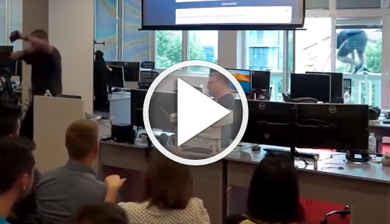 Vídeos virales. Jefe termina reunión de equipo y salta por el balcón