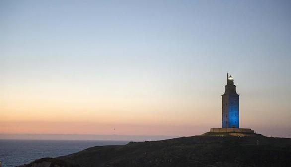La Torre de Hércules se tiñe de azul para recordar su noche más inolvidable
