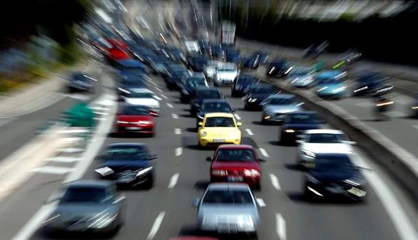 Importantes retenciones en las carreteras de Madrid y Sevilla