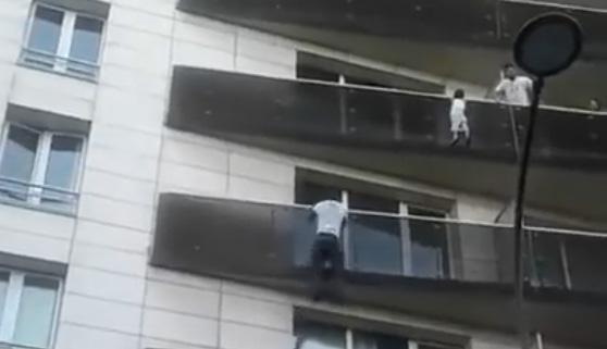Trepa cuatro pisos en 30 segundos para salvar a un niño