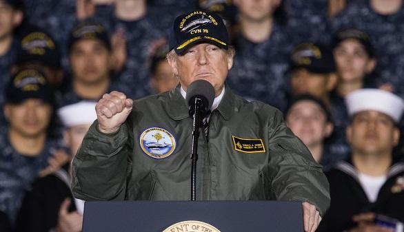 Donald J. Trump, se dirige a los marineros sobre la cubierta de vuelo del portaaviones Gerald R. Ford.