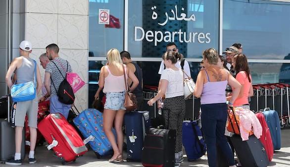 Miles de turistas abandonan Túnez tras el atentado del viernes