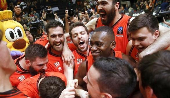 Los jugadores del Valencia Basket celebran su victoria sobre el Hapoel Jerusalem al finalizar el tercer partido de la semifinal de la Eurocopa que han disputado este miércoles en el pabellón Fuente San Luis, en Valencia.