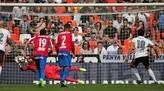 El portero del Sporting de Gijón Iván Cuéllar (d) para el penalti lanzado por el centrocampista del Valencia Dani Parejo (i), durante el partido correspondiente a la vigésimo séptima jornada de LaLiga Santander disputado este mediodía en el estadio de Mestalla.