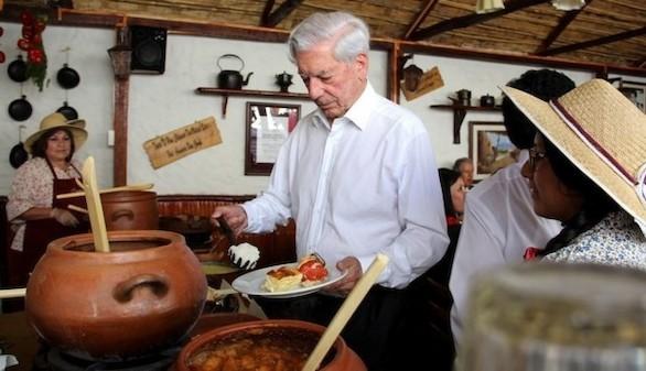 La Complutense entregará el título de doctor a Vargas Llosa 45 años después