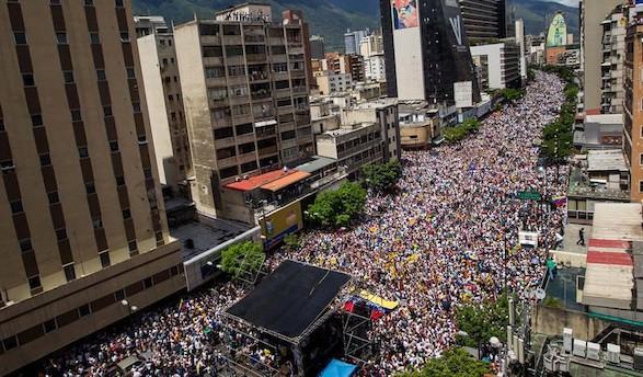 Un millón de venezolanos desafían a Maduro en las calles