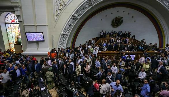 Violenta irrupción de los chavistas en el Parlamento