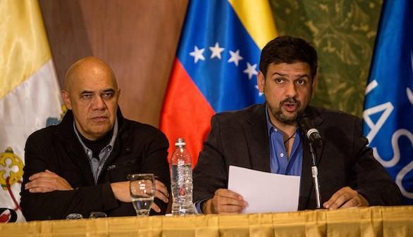 Maduro y la oposición acuerdan paz y abastecimiento