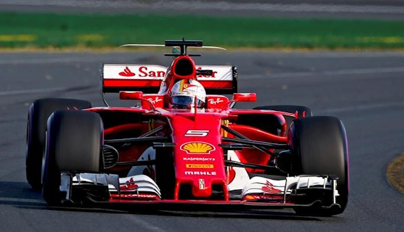 Vettel gana a Hamilton en Australia por estrategia